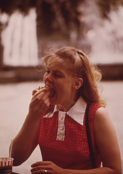 File:PAUSE FOR A SNACK IN FOUNTAIN SQUARE - NARA - 553211.jpg