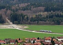 Pfaffenwinkelbahn vom Hohen Peißenberg gesehen mit B472-Baustelle.jpg