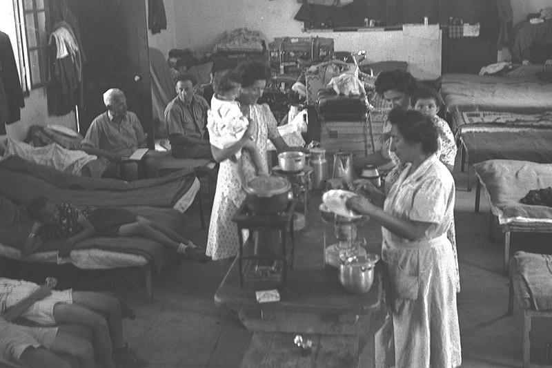 נשים מבשלות במעברה