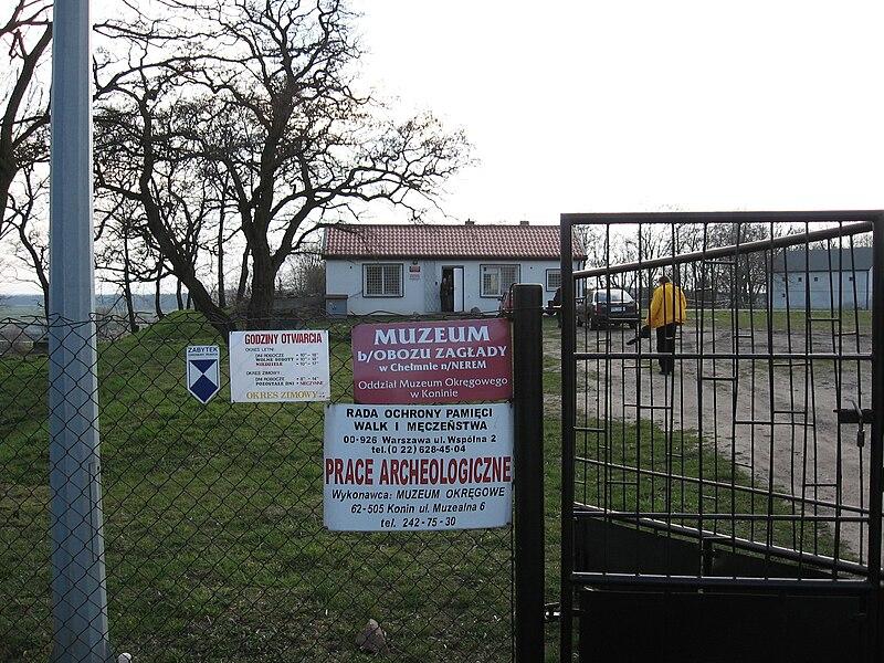 שער הכניסה למחנה ההשמדה חלמנו