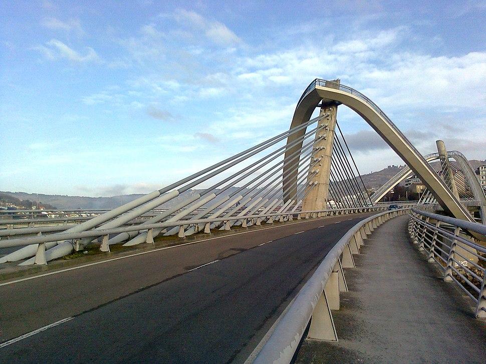 Tirantes e piares da ponte.