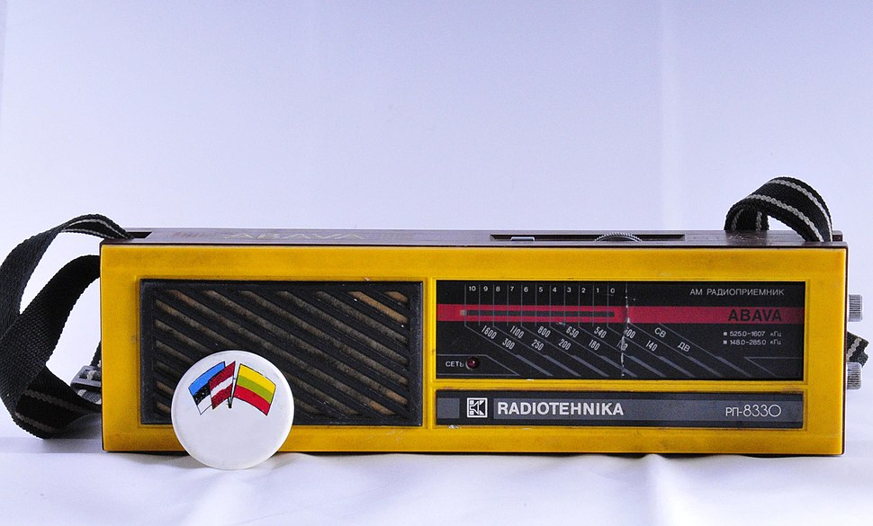 Portable radio and badge for the Baltic unity from 1989, Latvia