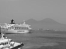 La nave da crociera Oceanic attraccata al molo Angioino di Napoli