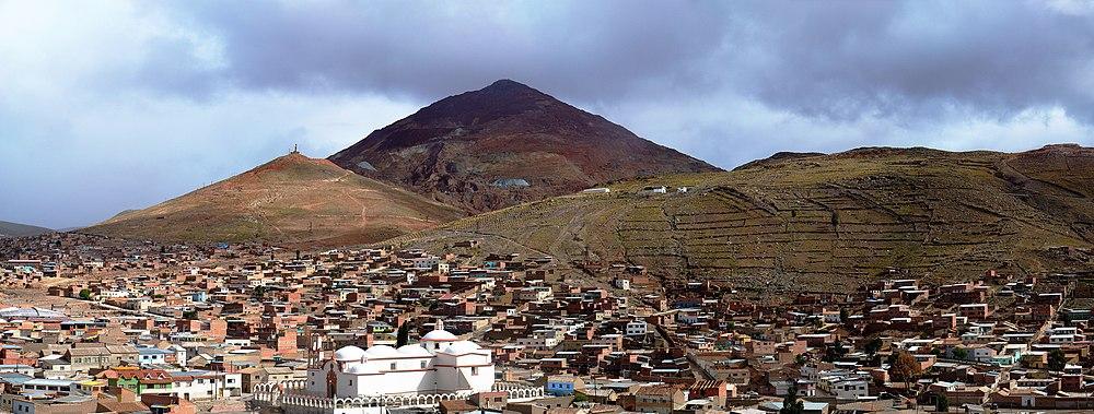 Una vista de la ciudad de Potosí con el Cerro Rico al fondo.