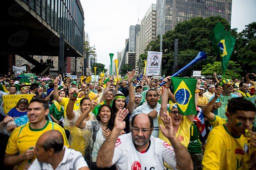 Manifestantes a favor do impeachment em 2015