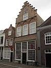 foto van Hoog gotisch huis van zes vakken diepte met hal van vier vakken waarachter op- en onderkamer van twee vakken
