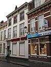 foto van Herenhuis met geelgepleisterde lijstgevel, kroonlijst op consoles