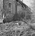 Rechter zijgevel van boerderij in verval, begroeiing op de voorgrond - Grijpskerke - 20398624 - RCE.jpg