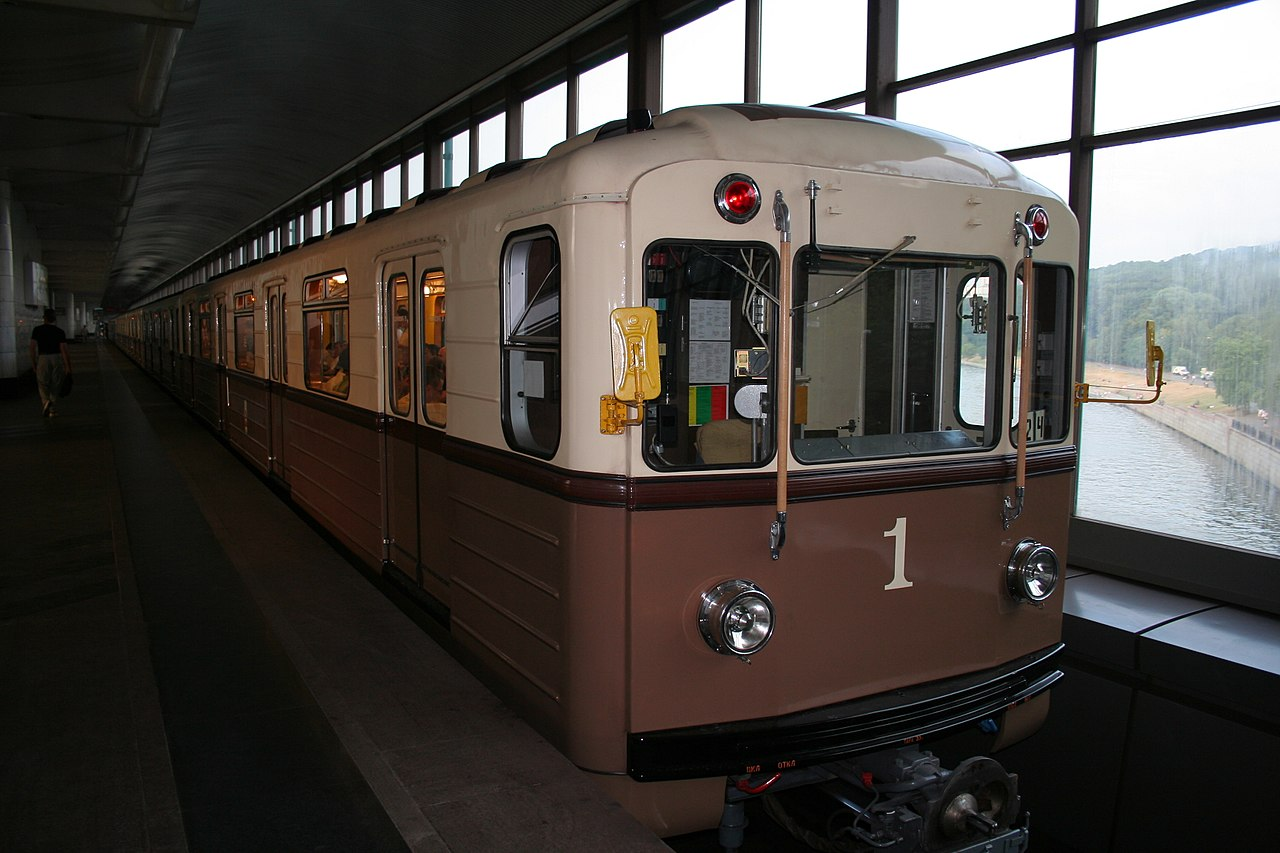https://upload.wikimedia.org/wikipedia/commons/thumb/a/a0/Retro-train_of_Moscow_Metro.jpg/1280px-Retro-train_of_Moscow_Metro.jpg