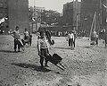 Riis, Jacob A. - Kinder aus einem Armenviertel in Coney Island spielen (Zeno Fotografie).jpg