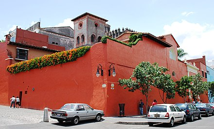 Exterior of the Robert Brady Museum in Cuernavaca, known for its collection of handcrafts and folk art. RobertBradyMusCasaTorre.JPG