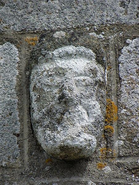 Église Saint-Aubin de Saint-Aubin-Fosse-Louvain (53). Façade occidentale. Tête sculptée.