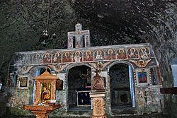"Schitul rupestru ""Sf. Apostoli"" - Jgheaburi, interior.jpg"