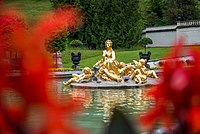 Schlosspark Linderhof mit die vergoldete Figur der Flora.jpg