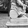 Signering beeldengroep van twee kinderfiguurtjes bij hoek voorgevell - Ridderkerk - 20037336 - RCE.jpg