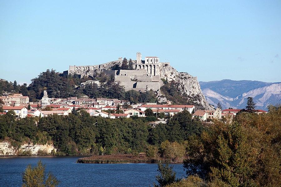 Die Zitadelle von Sisteron (Frankreich). Unten fließt die Durance.