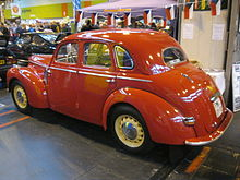 Červená Škoda 1102 s karoserií sedan.