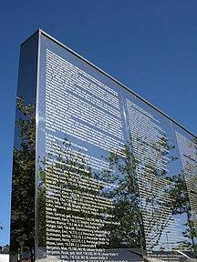 Steglitz-Förintelsemonumentet-Fil:Spiegelwand Steglitz April 2007 002