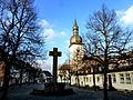 St.Walburga Meschede mit Kriegerdenkmal.JPG