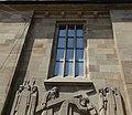 Stiftskirche Stuttgart, Südwestpforte, Konsolen und Relief.jpg