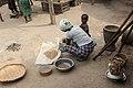 Stoelen hebben ze niet in Senegal in de dorpjes vrouwen doen veel werk hurkend.jpg