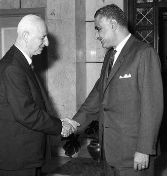 Suleiman Nabulsi - Nabulsi with Egyptian President Gamal Abdel Nasser in Cairo while heading the Jordanian delegation to the Arab Parliament Conference, 1968