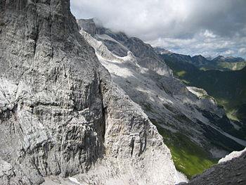 Deutsch: Sulzfluh, Rätikon, Schweiz Le jeune suisse Caprez Neuf est l'un des meilleurs grimpeurs de l'époque qui a remporté en 2011 la première ascension féminine de Silbergeier. C'est un long tube mythiques européenne situés à 200 mètres de la paroi Rätikon calcaire, qui se compose de 6 de long avec une difficulté de 8b +. Une ligne ouverte en 1993 par Beat Kammerlander.