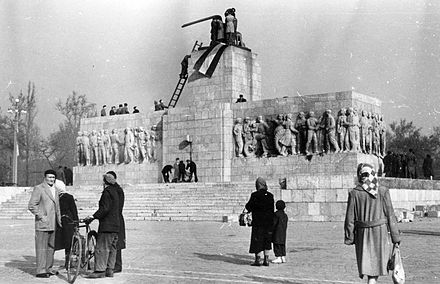 Placing of Hungarian flag into remains of dismantled Stalin statue Sztalin szobor Budapest 1956.jpg