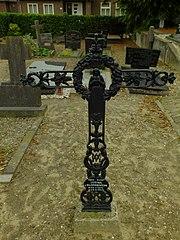 R.K. Kerkhof Sambeek: grafkruis van J. van Blommestein