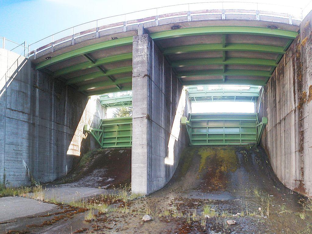 File:Tainter gates.jpg - Wikimedia Commons