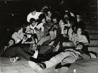 Plaza Francia, Buenos Aires - Image: Tanguito con hippies en Plaza Francia