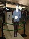 Terminal 1 - Barcelona - Videoprojecció d'una assistent.jpg
