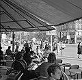 Terras van café-restaurant Deux Magots in Saint-Germain-des-Prés, Bestanddeelnr 254-0437.jpg