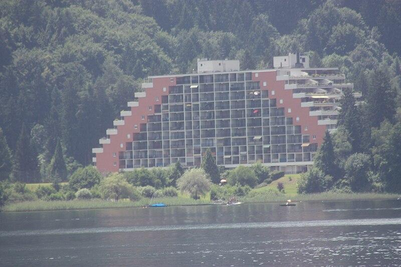 File:Terrassenhaus am Ossiacher See.jpg