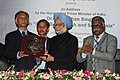 The Vice Chancellor of the University of Dhaka, Prof. A.A.M.S. Arefin Siddique presenting a memento to the Prime Minister, Dr. Manmohan Singh, at the University of Dhaka, in Dhaka, Bangladesh on September 07, 2011.jpg