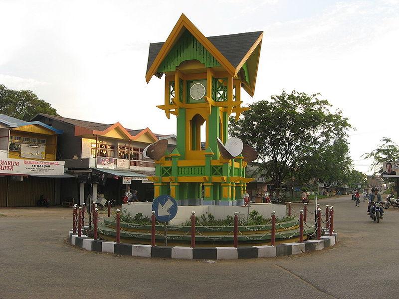 Parmi les nombreuses horloges publiques décorant les ronds-points des villes de l'archipel en reprenant l'architecture locale (ici à Ketapang, dans la province de Kalimantan-Ouest), rares sont celles à réellement indiquer l'heure... (www.wikipedia.org).