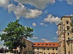 Tyniec - zespół klasztorny benedyktynów z kościołem.jpg