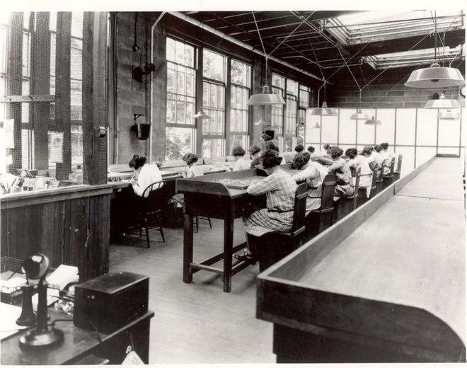Radium Girls travaillant dans une usine de cadrans lumineux au radium.