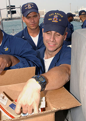 Andrew Carroll - Members of the U.S. armed forces receiving Armed Service Editions books in 2003.