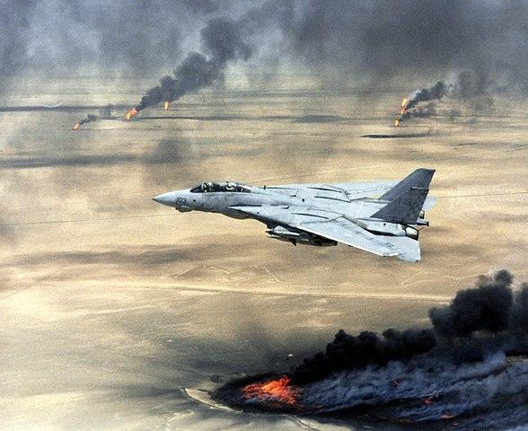Prelet stíhačky nad ropnými vrtmi počas vojny v Kuvajte