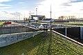 Uitzicht vanuit het uitzichtspunt over de deurkasten van de 3e kolk langs de witte huisjes naar de Zuidelijke heftoren van de Beatrixsluis ID511906.jpg
