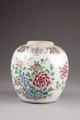 Urna i porslin, gjord i Kina under Qing dynastin 1735-1795 - Hallwylska museet - 95652.tif