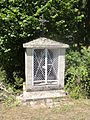 Variscourt (Aisne) fontaine-chapelle Sainte-Geneviève.JPG
