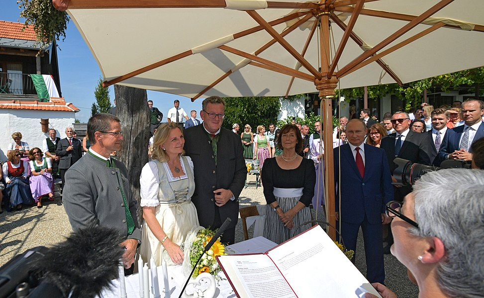 Vladimir Putin at the wedding of Karin Kneissl (2018-08-18) 10.jpg