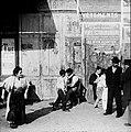 Volk op de kade in Marseille, 1890 (RHCL, VKG 064).jpg