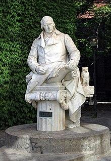 Freiherr-vom-Stein-Denkmal in Berlin-Spandau. Die Marmorfigur des Bildhauers Gustav Eberlein war ehemals Teil der Denkmalgruppe30 der Siegesallee. (Quelle: Wikimedia)