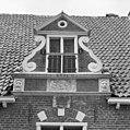 Voorgevel, detail, topgeveltje met gevelstenen - Kampen - 20345015 - RCE.jpg