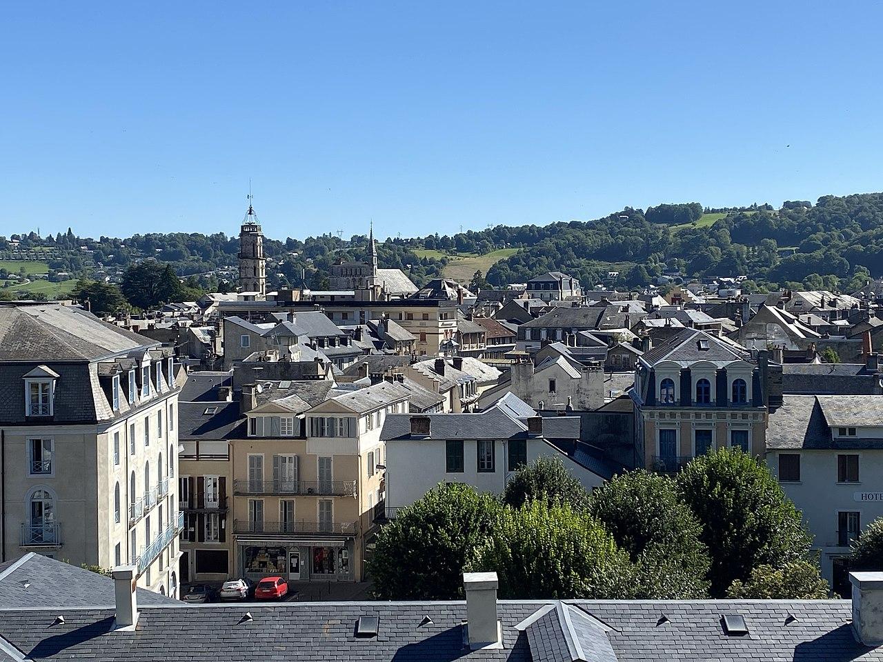 1280px-Vue_g%C3%A9n%C3%A9rale_de_Bagn%C3%A8res-de-Bigorre_%28Tour_des_Jacobins_et_%C3%89glise_Saint-Vincent%29.jpg
