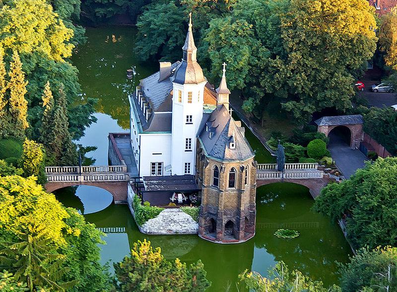 Водный замок ЮЕЛЫЙ ДОМ, Кёльн. Сводобное изображение Википедии, автор фото Raimond Spekking.