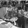 Wereld Dierendag 1965, de paarden krijgen eten bij Hilton-hotel van Ada Kok , de, Bestanddeelnr 918-2699.jpg